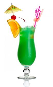 Cocktail de álcool verde com fatia de laranja e guarda-chuva isolado