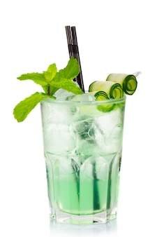 Cocktail de álcool verde com hortelã fresca e pepino isolado