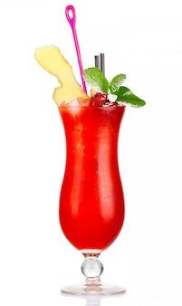 Cocktail de álcool vermelho com framboesas, gengibre e hortelã fresca isolado