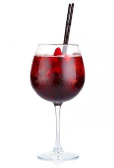 Cocktail de álcool vermelho com vinho tinto e framboesas isoladas