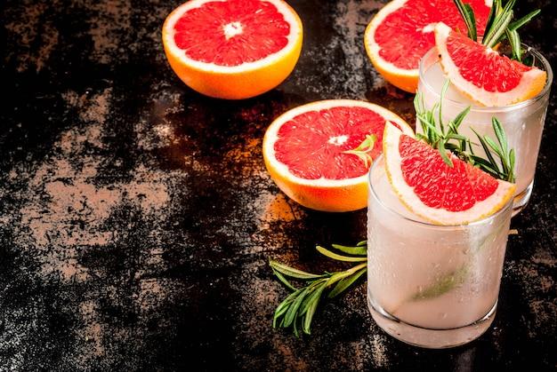 Cocktail de alecrim, toranja e gim
