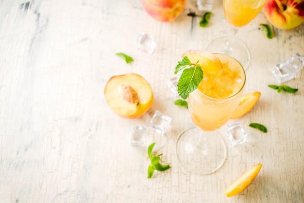 Cocktail de bellini de pêssego de verão