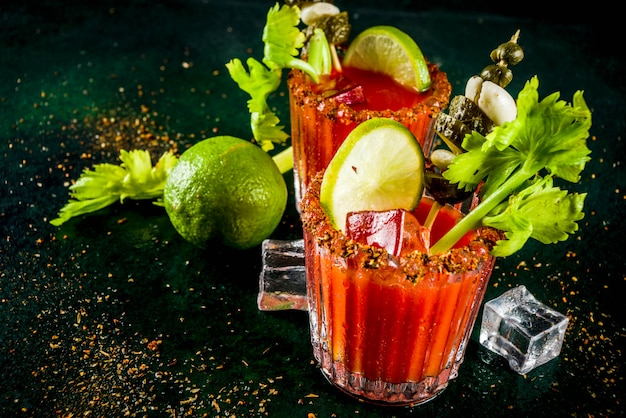 Cocktail de bloody mary picante com enfeite