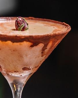 Cocktail de canela em botão de rosa de vidro margarita na vista lateral superior