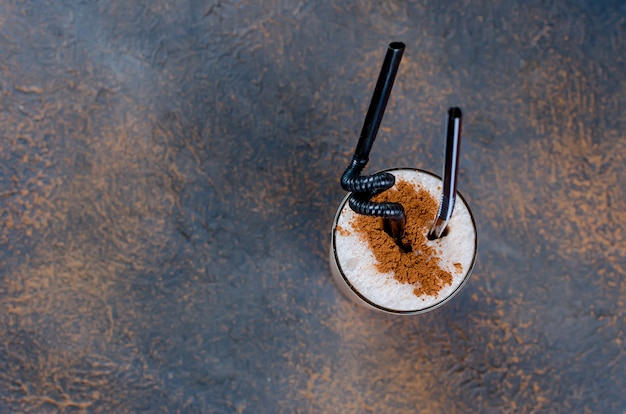 Cocktail de chocolate ao leite ou café batido frio com leite