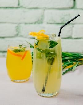 Cocktail de citrinos laranja hortelã limão vista lateral