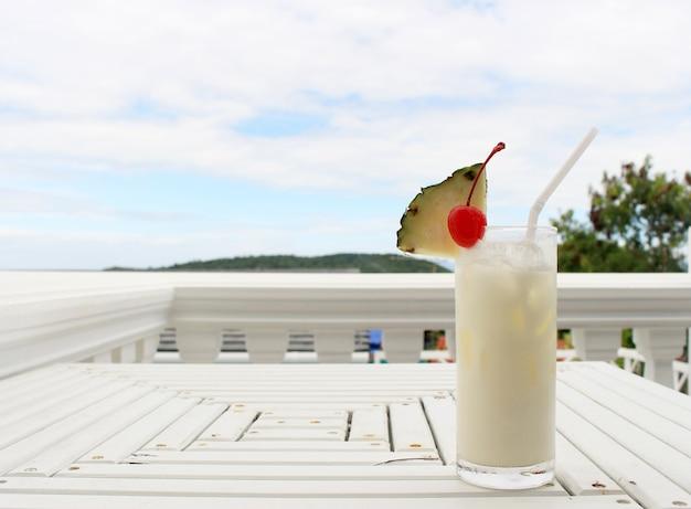 Cocktail de coco de leite na mesa no café da praia