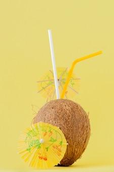Cocktail de coco fresco com canudos
