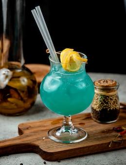 Cocktail de cor marinha em cima da mesa