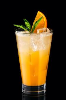 Cocktail de fizz frio com laranja isolada no fundo preto