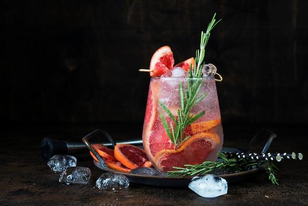 Cocktail de fruta fria com gelo num copo de vidro