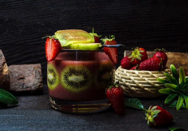 Cocktail de fruta kiwi e morango