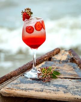 Cocktail de frutas com fatias de morango
