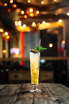Cocktail de frutas com maracujá em um copo estreito