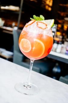 Cocktail de frutas de maracujá e morangos