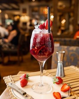 Cocktail de frutas frescas com gelo