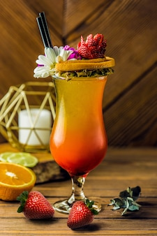Cocktail de frutas tropicais com flor margarita