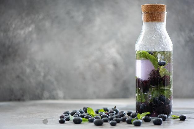Cocktail de gelo com amora, mirtilo e hortelã