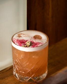Cocktail de gengibre com gelo em cima da mesa
