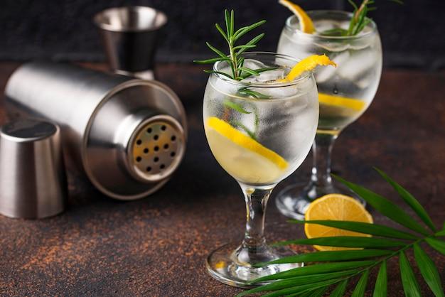 Cocktail de gin tónico com limão