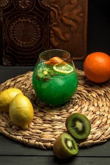 Cocktail de kiwi com raspas de fatia de kiwi e limon, laranja
