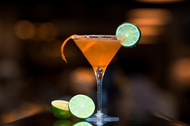 Cocktail de laranja coberto com uma fatia de limão