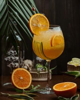 Cocktail de laranja com pepino e fatias de laranja