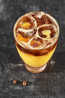 Cocktail de laranja e café com espaço para seu texto