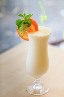 Cocktail de leite em vidro