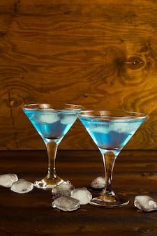 Cocktail de licor de curaçao azul em um copo de martini
