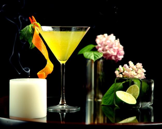 Cocktail de limão em cima da mesa