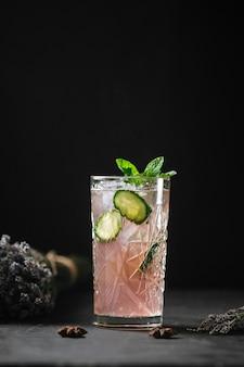 Cocktail de limonada com frutas e hortelã refrescante