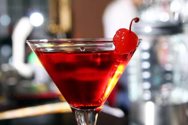 Cocktail de martini rosa em um bar