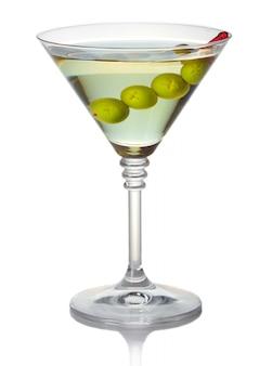 Cocktail de martini verde-oliva isolado no branco