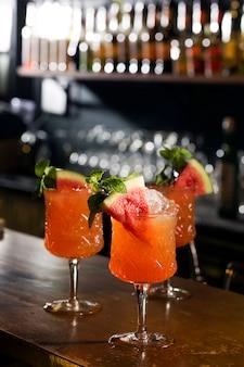 Cocktail de melancia servir na mesa