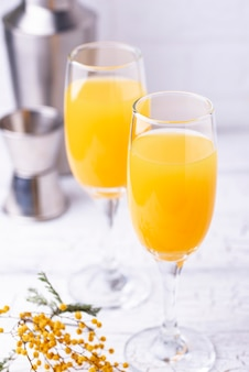 Cocktail de mimosa com suco de laranja