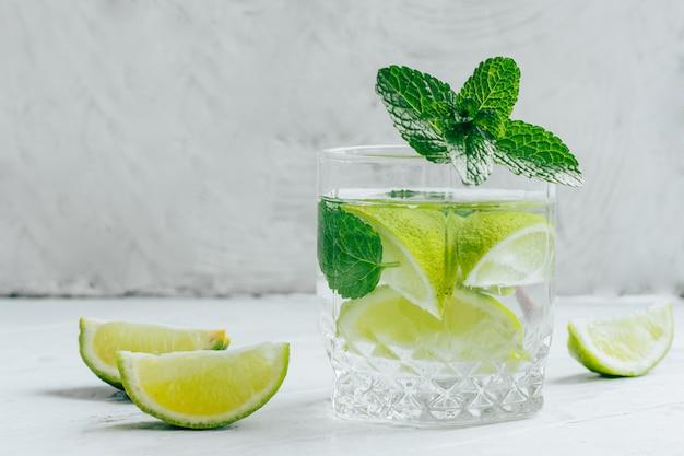 Cocktail de mojito de verão refrescante.