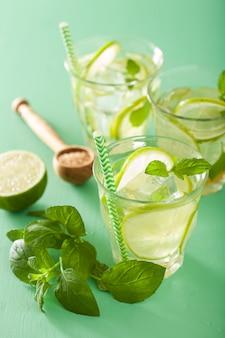 Cocktail de mojito fresco sobre mesa verde