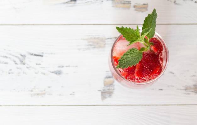 Cocktail de morango fresco. copyspace grátis. vista do topo.