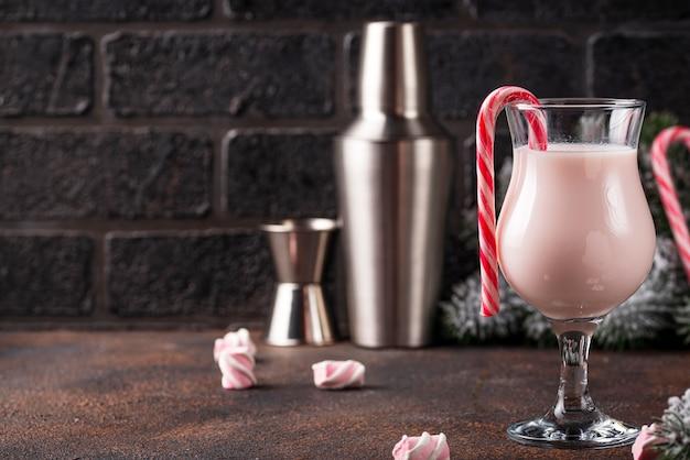 Cocktail de natal rosa com marshmallow