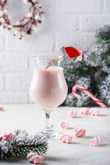 Cocktail de natal rosa com marshmallow