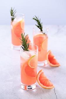 Cocktail de paloma rosa fresco