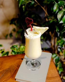 Cocktail de piña colada com fatia de ananás