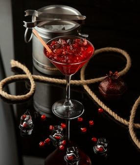 Cocktail de romã em cima da mesa