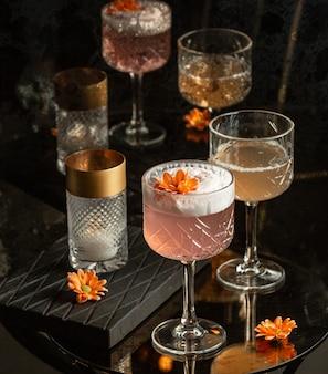 Cocktail de rosa em cima da mesa