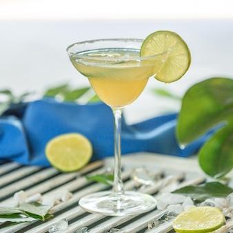 Cocktail de suco de limão com uma fatia de limão.