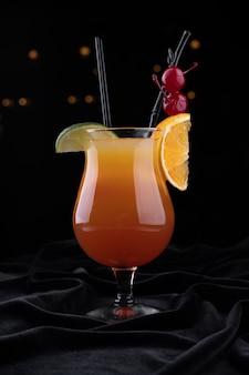 Cocktail de tequila sunrise, numa superfície preta