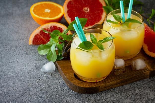 Cocktail de toranja e gim de laranja ou bebida refrescante margarita com gelo