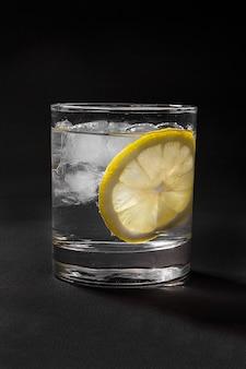 Cocktail de verão em preto isolado
