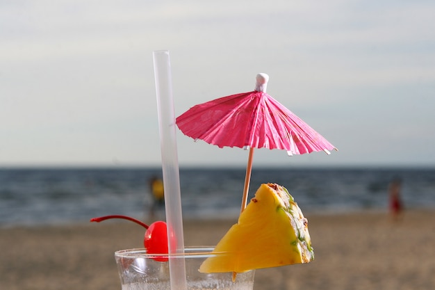 Cocktail de verão fresco com sobremesa cereja e melancia